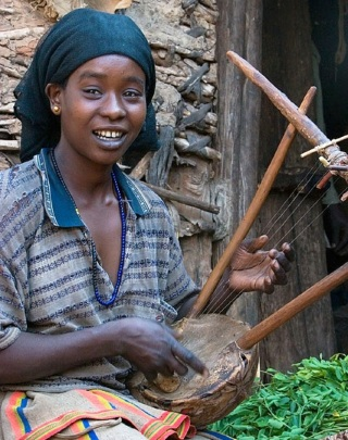 Konso_girl_playing_lyre_krar