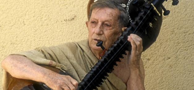 Alain Daniélou jouant du sitar, le 16 juin 1987