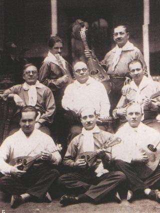 Η 1η Εστουδιαντίνα, Σμύρνη 1898, Πολιτάκια- ο Φαναριώτης Βασίλειος Σιδέρης & ο Αθηναίος (αλλά κάτοικος της Πόλης) Αριστείδης Περιστέρης. Αργότερα Σμυρναιϊκή Εστουδιαντίνα