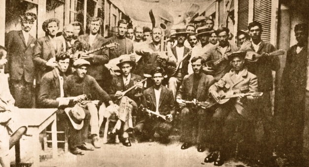 Rembetes_Karaiskaki_1933 Left Vamvakaris with bouzouki, middle Batis with guitar